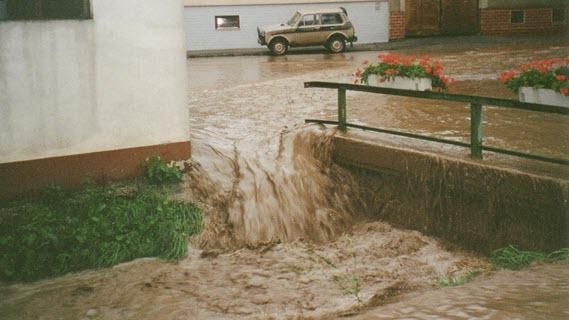 04_Wasser fliesst auf Strasse in Schrattenberg