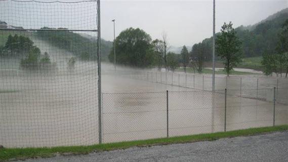 19a_Fussballplatz unter Wasser